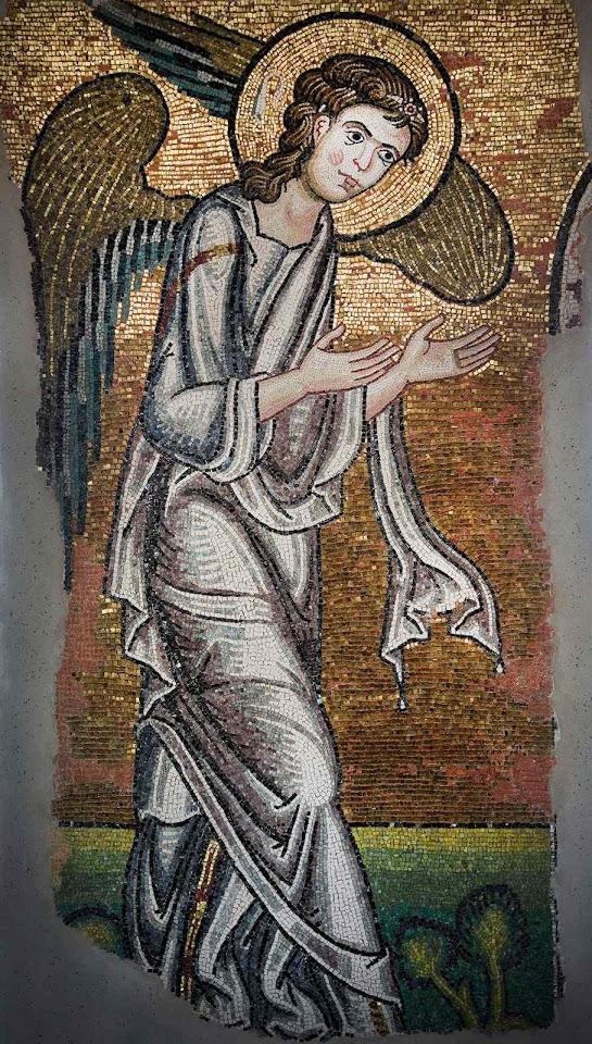 Anjo redescoberto na basílica Natividade, Belém, olha fixo para o local onde Jesus nasceu